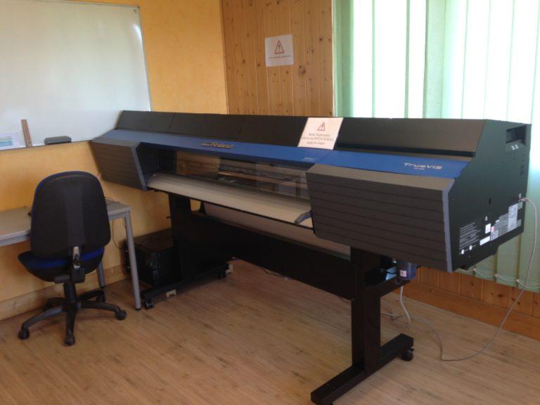 Imprimante Roland pour réaliser des sérigraphies de bornes de paiement